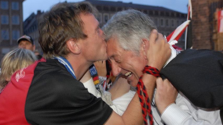 Für Nürnbergs Sportbürgermeister Horst Förther gab's sogar ein Küsschen.