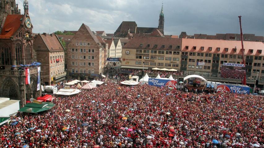 Der Hauptmarkt war kaum leer, da füllte er sich schon wieder. Nach einer rauschenden und kurzen Nacht wurde im Herzen Nürnbergs sehnsüchtig auf die siegreiche Mannschaft gewartet.