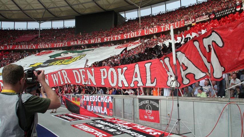 Im Stadion stand einmal mehr der Schweiß vor dem Erfolg - nicht nur auf dem Rasen. Ein Großteil der Ultras reiste vor dem Rest der Nürnberger Fanschar an, um die eindrucksvolle Choreographie im Stadion vorzubereiten.