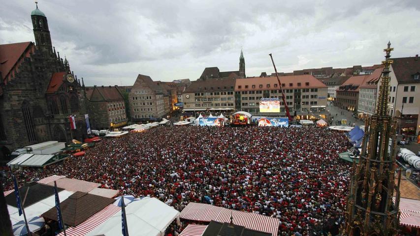 Unterdessen war auf dem Nürnberger Hauptmarkt die Hölle los. Kaum einen Clubfan hielt es auf dem heimischen Sofa. Tausende strömten zum Hauptmarkt, um die Partie mit Gleichgesinnten auf der Großbildleinwand zu verfolgen.