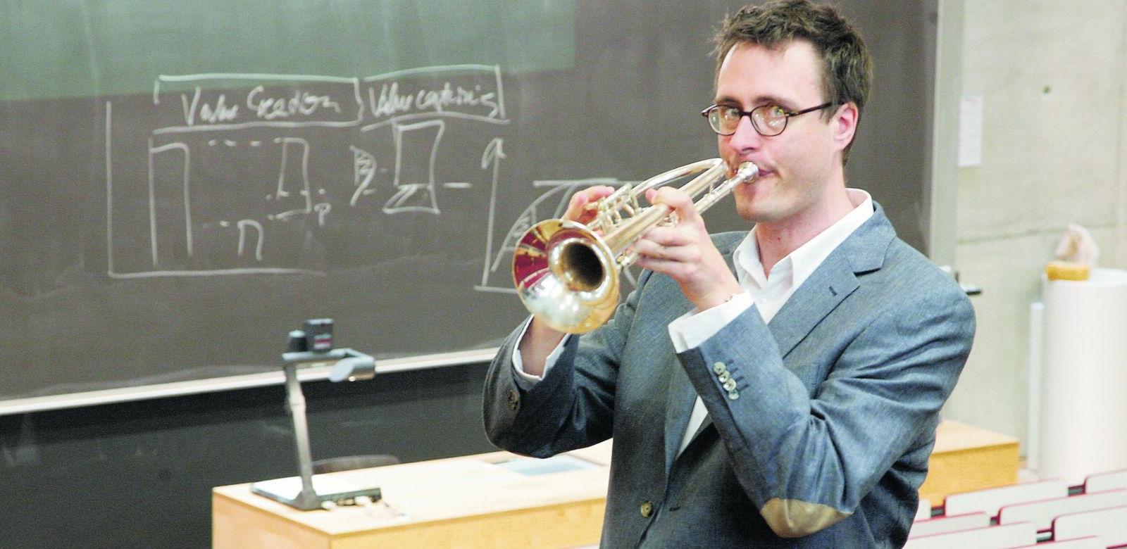 Früher wollte er Pfarrer werden, dann war er Konzert-Trompeter, jetzt ist er Wirtschaftswissenschaftler: Andreas König.