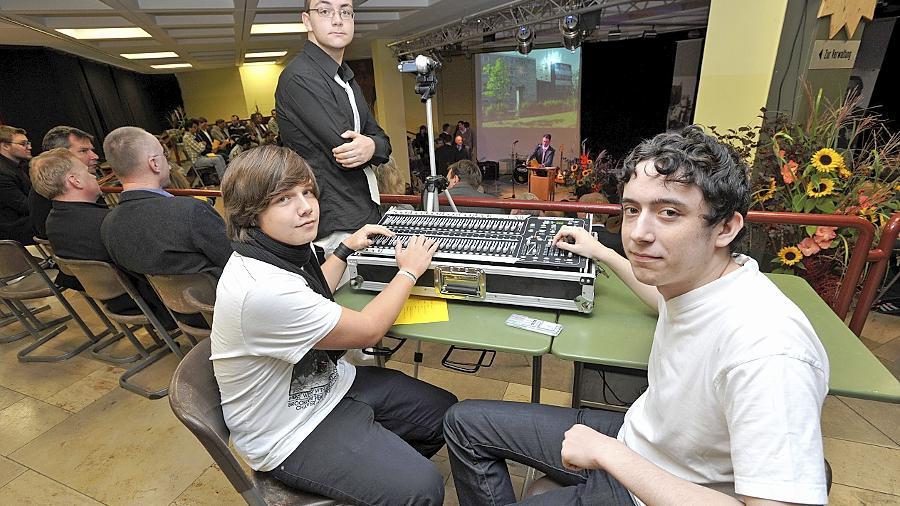 Zu den neuen Errungenschaften der Schule gehört die von Sebastian Kaemmerer und Patrick Pöhlmann bediente Licht- und Tonanlage. Sebastian Grisolia zeichnet die Einweihungsfeier mit der Videokamera auf.