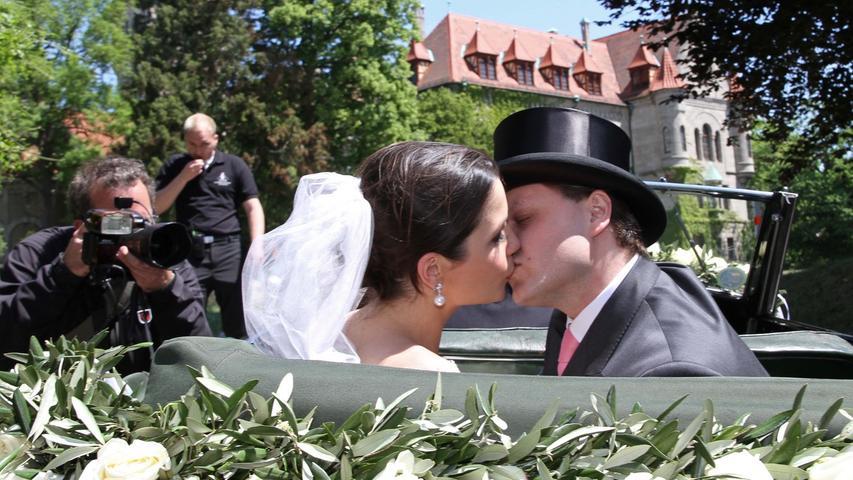 Während die Gäste zu Fuß zum Empfang zogen, wurde das Brautpaar in einem blumengeschmückten Oldtimer-Cabrio dorthin chauffiert.
