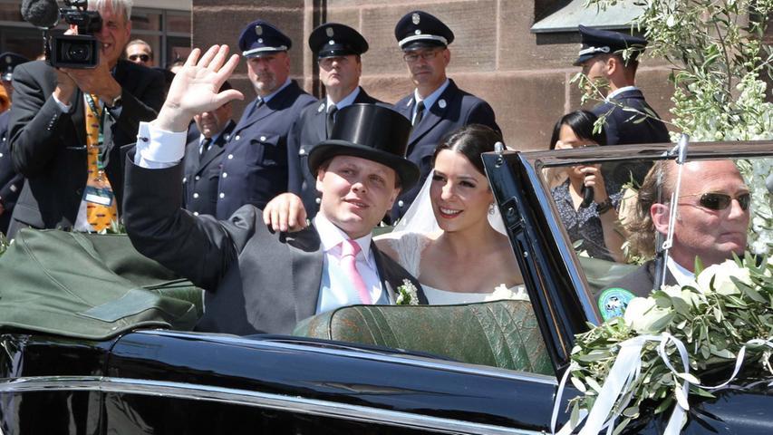 Gut gelaunt ließ sich das Hochzeitspaar zum Empfang fahren.