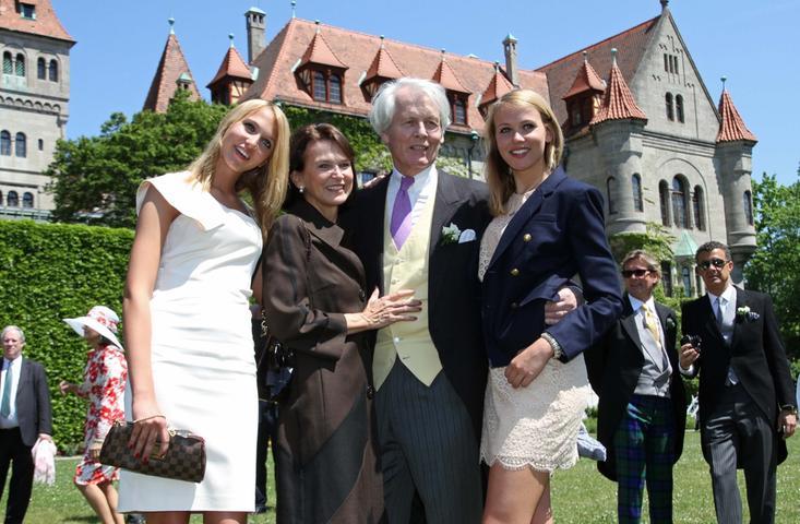 Die Familie des Bräutigams: Charles´Schwester Sarah (von links), Mutter Mary, Vater Anton-Wolfgang Graf von Faber-Castell und Charles´Schwester Victoria.