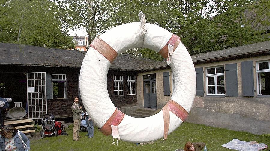 Ein Symbol, das wieder passt: Zum Eröffnungsfest im Mai 2005 hing im Garten des Kulturorts Badstraße 8 ein Rettungsring. Nun hat die Stadt Fürth dem Verein die Nutzung des Geländes bis 2020 erlaubt.