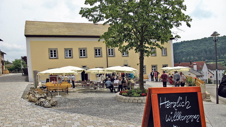 """In der Schambacher Ortsmitte mit Blick ins Tal heißt der """"Güldene Ritter"""" seine Gäste bereits seit über 500 Jahren willkommen. Die Familie Hollberg erneuerte die Einladung mit einer umfassenden, aber behutsamen Restaurierung."""