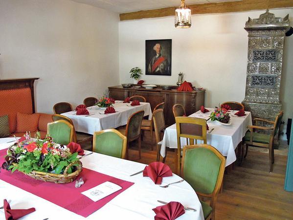 """Umgeben von mächtigen Balken, alten Gemälden, Öfen und anderen Zeugnissen der bewegten Geschichte des Hauses können die Besucher des """"Güldenen Ritters"""" künftig einkehren, speisen und feiern."""