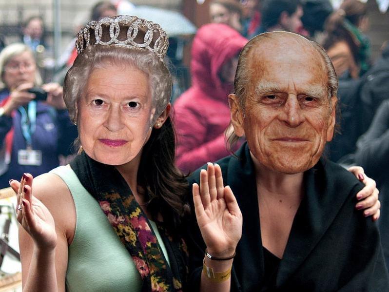 Royale Fans mit Masken von Queen Elizabeth II. und Prinz Philip.