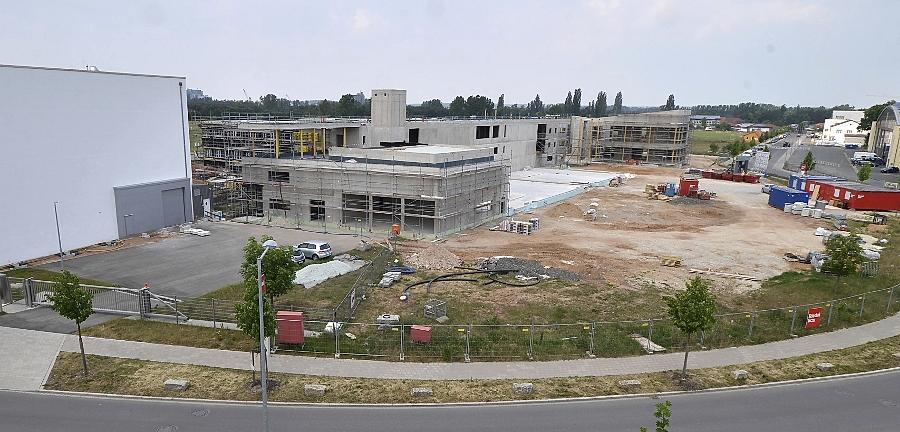 Das Zentrum der Materialprüfer nimmt Formen an. Der Strahlenbunker am linken Bildrand ist längst in Betrieb. Daran schließt sich der Neubau des Institutsgebäudes mit 6000 Quadratmetern Nutzfläche an.
