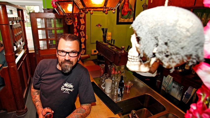 Speis und Trank unter baumelndem Totenkopf