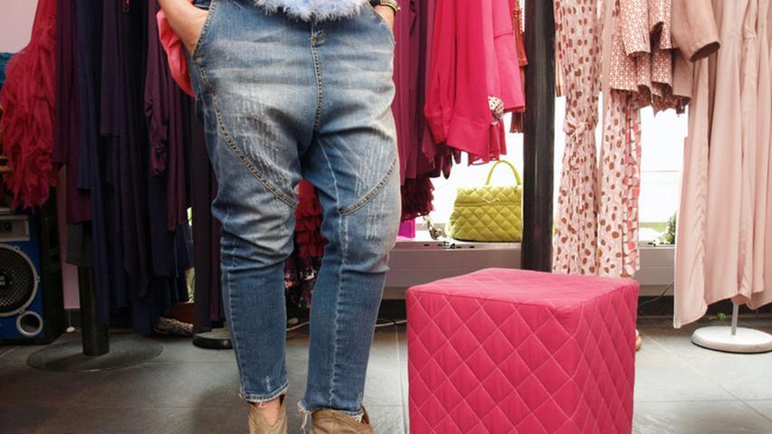 Diesen Spagat aus alltagstauglich und exklusiv meistert die Kombi aus Blue-Jeans im trendigen Zaroel-Schnitt und Used-Look (Dany Rose, 190 Euro) und dem roséfarbenen Dreiviertelarm-Shirt des hauseigenen Labels