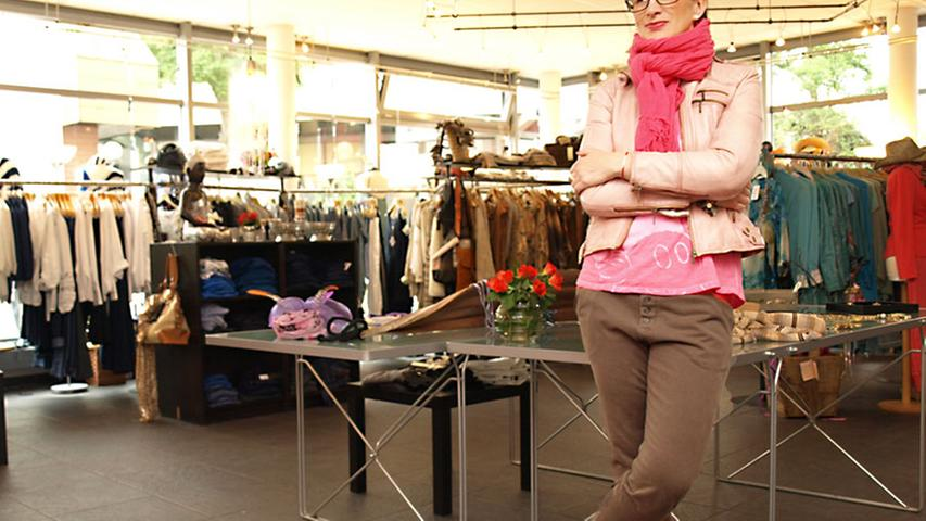 Mitarbeiterin Sladana präsentiert als erstes Outfit eine alltagstaugliche, aber dennoch feminine Kombi aus vielfach einsetzbaren Basics. Die knöchellange, taupefarbene Stretch-Chino in Röhrenform von NELL & ME (170 Euro) harmoniert wunderbar mit den halbhohen, hellen Chucks. Der Schal von Jeberg (60 Euro) sorgt für einen zusätzlichen Farbtupfer.