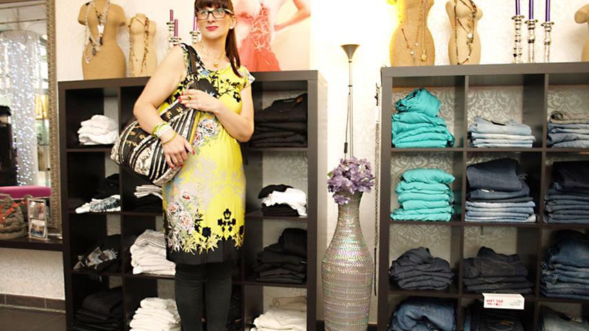 Als zweiten Look präsentiert Sladana ein ärmelloses Jerseykleid von Ana Alcazar für 150 Euro. Thermo-Leggings (Expresso, 70 Euro) machen das Outfit ganzjahrestauglich. Das mit Blumen und anderen Naturmotiven bedruckte Stück steht durch seine fröhlich-gelbe Grundfarbe der brünetten Sladana besonders gut.