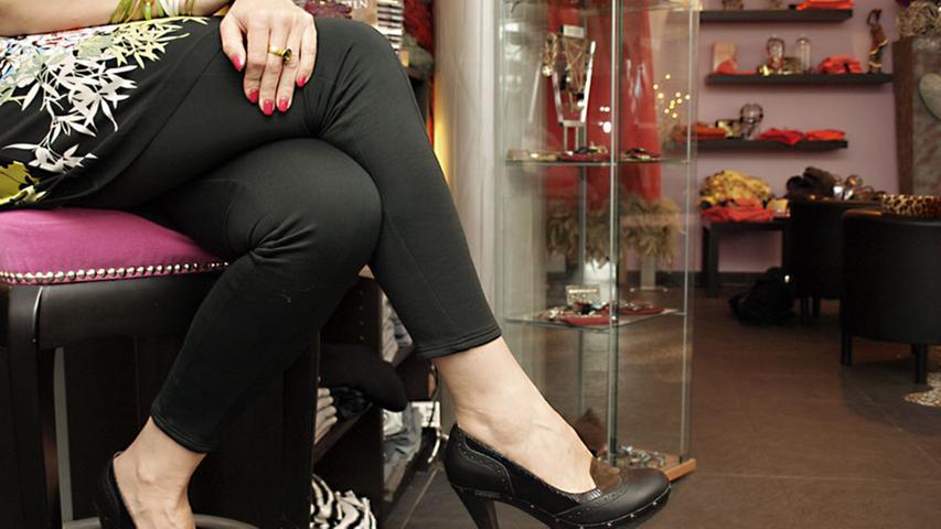 Spektakuläre Beine machen die hohen Leder-Pumps im klassichen Budapester-Stil (Scholl, 190 Euro). Wildledereinsätze in braun und schwarz sorgen für das gewisse Etwas.