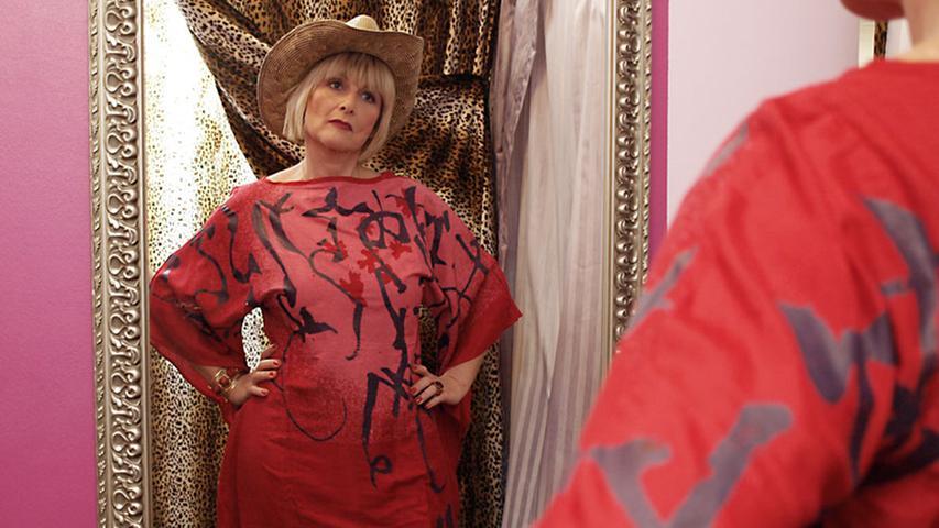 Mit diesem Outfit drückt die modebewusste Frau aus: Ich bin selbstbewusst und traue mich etwas. Der Bast-Hut (A-Zone, 30 Euro) sorgt für ein verspieltes Element.