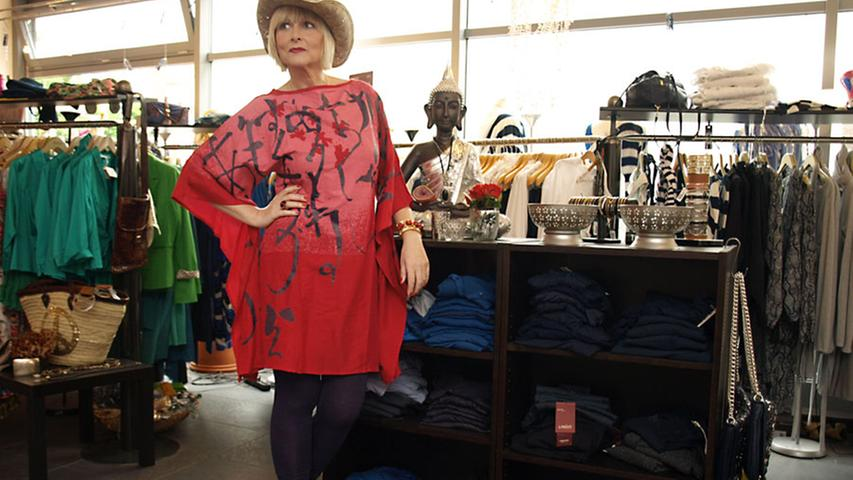 Ein großer Auftritt ist Nantia mit diesem Outfit sicher. Für Stücke wie dieses Kimono-Kleid in flammenden Rottönen mit Fledermausärmeln (Skunkfunk, 90 Euro) reisen Kundinnen aus Städten wie München oder Würzburg an, erzählt Nantia: