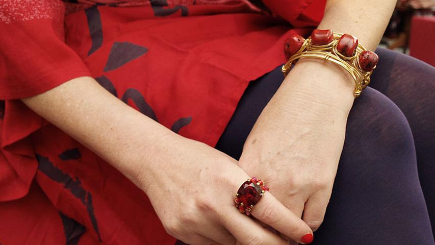 Rot wie die Liebe sind auch die zum Kleid passenden Accessoires: Das Korallen-Armband von Private Suite für 160 Euro und der farblich dazu passende Ring mit Strassstein (Exoal, 30 Euro).