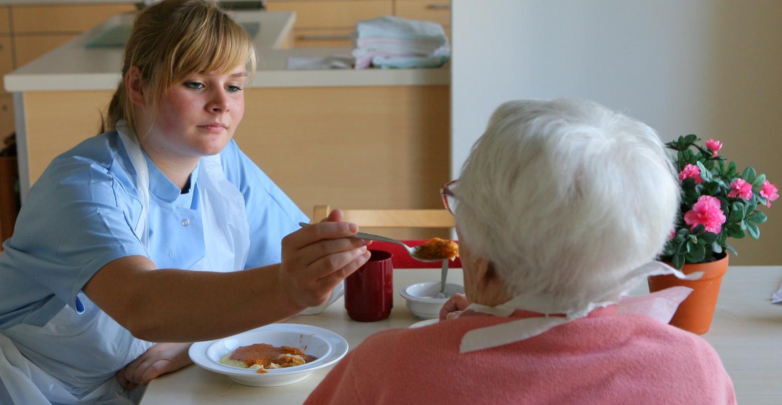 Wer wie Altenpflegerinnen Schichtdienst hat, tut sich oft schwer, Beruf und Familie zu vereinbaren. In Fürth wollen die Curanum Seniorenresidenz und das Mütterzentrum den Müttern nun helfen.