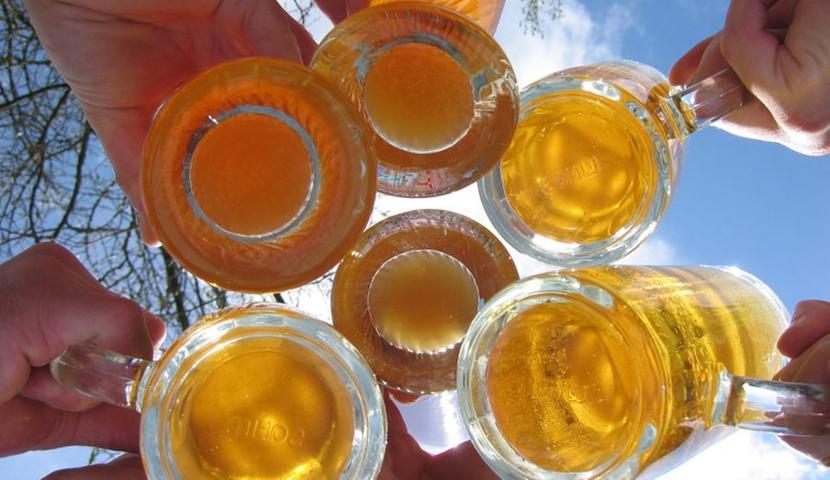 Durch Alkoholkonsum bei extremer Hitze wird der Kreislauf stark belastet und die Nieren werden zu verstärkter Wasserausscheidung veranlasst. Zudem steigt der Alkohol bei hohen Temperaturen wesentlich schneller zu Kopf. Deshalb lieber verzichten!