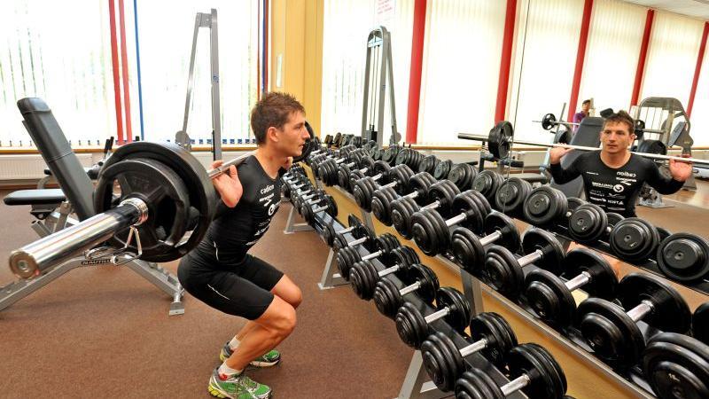 Schwitzen für den Erfolg, notfalls auch im Futnessstudio: Weil das Wetter nicht mitspielte, verlegte Michael Hofmann seine Kraft-Ausdauer-Übungen in der vergangenen Woche kurzerhand nach Innen.
