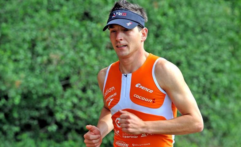 Seit seiner Kindheit dreht sich Michi Hofmanns Leben um Triathlon. Geboren und aufgewachsen zwei Kilometer Luftlinie vom früheren Schwimmstart des Rother Langdistanz-Triathlons entfernt, wurde er früh von der Faszination dieser Sportart gepackt. Seitdem reiht er Erfolg an Erfolg. Beim Challenge 2011 (unser Bild) kam er als 19. ins Ziel. Steckbrief:  Alter: 31 Jahre Wohnort: Pleinfeld (Landkreis Weißenburg-Gunzenhausen) Beruf: gelernter Forstwirt und gelernter Brandmeister, derzeit bei der Berufsfeuerwehr Nürnberg, Feuerwache 2 Verein: Radfreunde Hilpoltstein (Team Guttenberger&Partner) Triathlet seit: 1989  Sportliche Erfolge: vierfacher Weltmeister der Firefighter (2005, 2006, 2009, 2011), 19. beim Ironman Newzealand 2002, Deutscher Meister im 10-km-Crosslauf der Berufsfeuerwehren 2003, 18. beim Quelle Challenge in Roth 2004, Deutscher Triathlonmeister Mitteldistanz 2005, 11. beim Quelle Challenge in Roth 2005, 12. beim Ironman Südafrika 2006, Vize-Weltmeister der Police&Firefigther beim Challenge Barcelona 2009, 19. beim Challenge Roth 2011 Bestleistung Triathlon Langdistanz: 8:28:43 Stunden (2005 in Roth)Ziel Challenge Roth 2012: Wird erst im Lauf der Saison festgelegt Zur Homepage