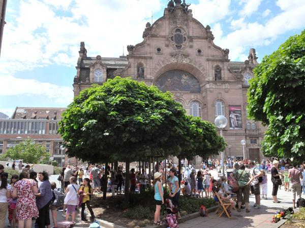 Nach einer rund zweistündigen Stadtwanderung mit viel Gesang picknickten die Teilnehmer am Richard-Wagner-Platz.
