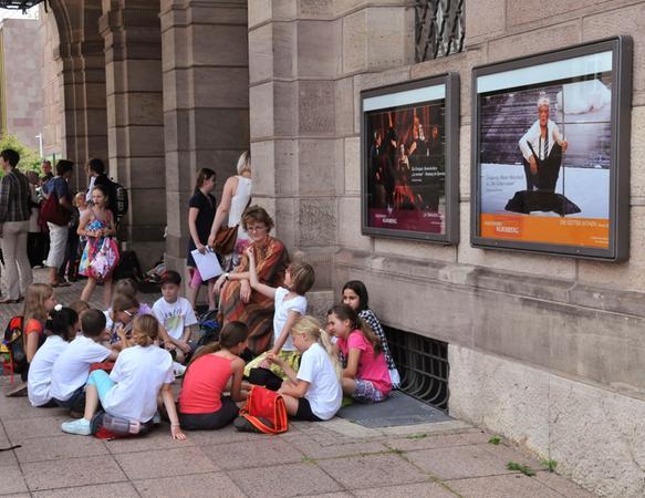 Kurze Erholung im Schatten des Opernhauses, wo der Abschluss der Aktion stattfand.