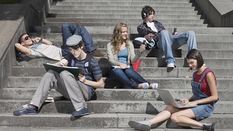 """Chatten, Mailen, Skypen, Posten ist Alltag für die sogenannten """"Digital Natives"""" – eine Generation, die sich ganz selbstverständlich im Internet bewegt. Die Gewissheit, ständig erreichbar zu sein, ist ihnen wichtig."""