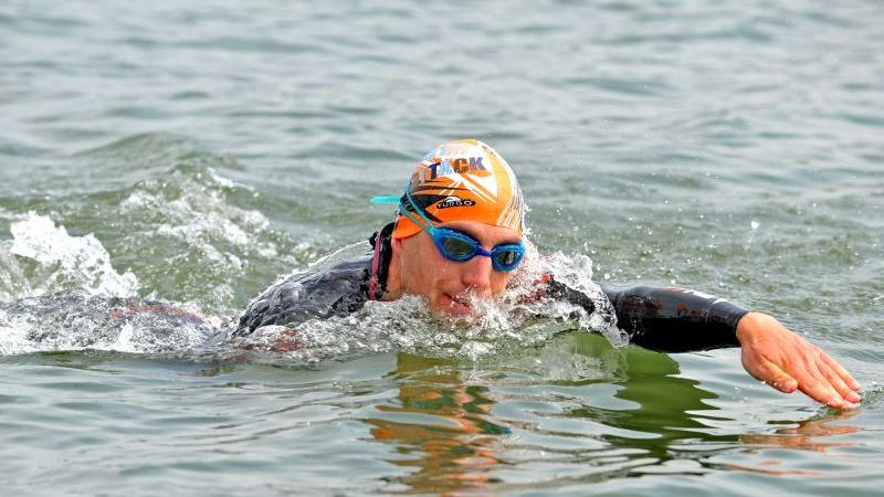 Insbesondere auf die Wechsel zwischen den Disziplinen kommt es beim Triathlon an: Nach 3,8 Kilometer Schwimmen zum Einstieg...