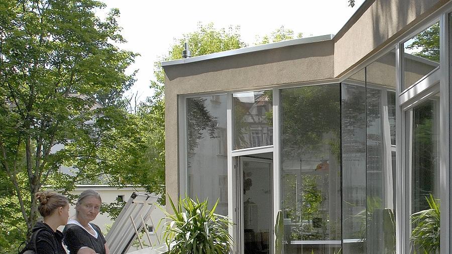 """Das """"Haus am Denkmal"""" (obere Bildreihe) überzeugt durch pfiffige Detaillösungen in einer nicht unproblematischen Lage. Nur auf den ersten Blick abweisend wirkt das neue Rathaus in Möhrendorf (unten rechts), leicht wie ein japanisches Teehaus hingehen das Kinderhaus Uttenreuth (hier mit Architekten)."""