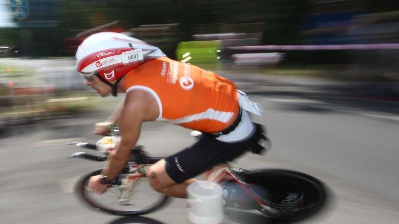 Rasant unterwegs auf anspruchsvoller Strecke: Michi Hofmann beim Rothsee-Triathlon. (zum Artikel)