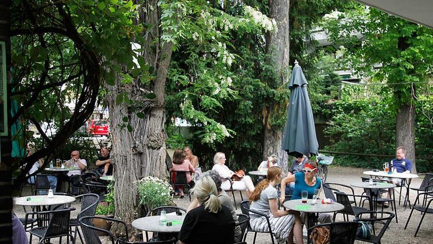 Ganz entspannt, und das schon seit 20 Jahren: Das Café Kiosk im Rosenau-Park ist Treffpunkt für ein buntes Publikum.