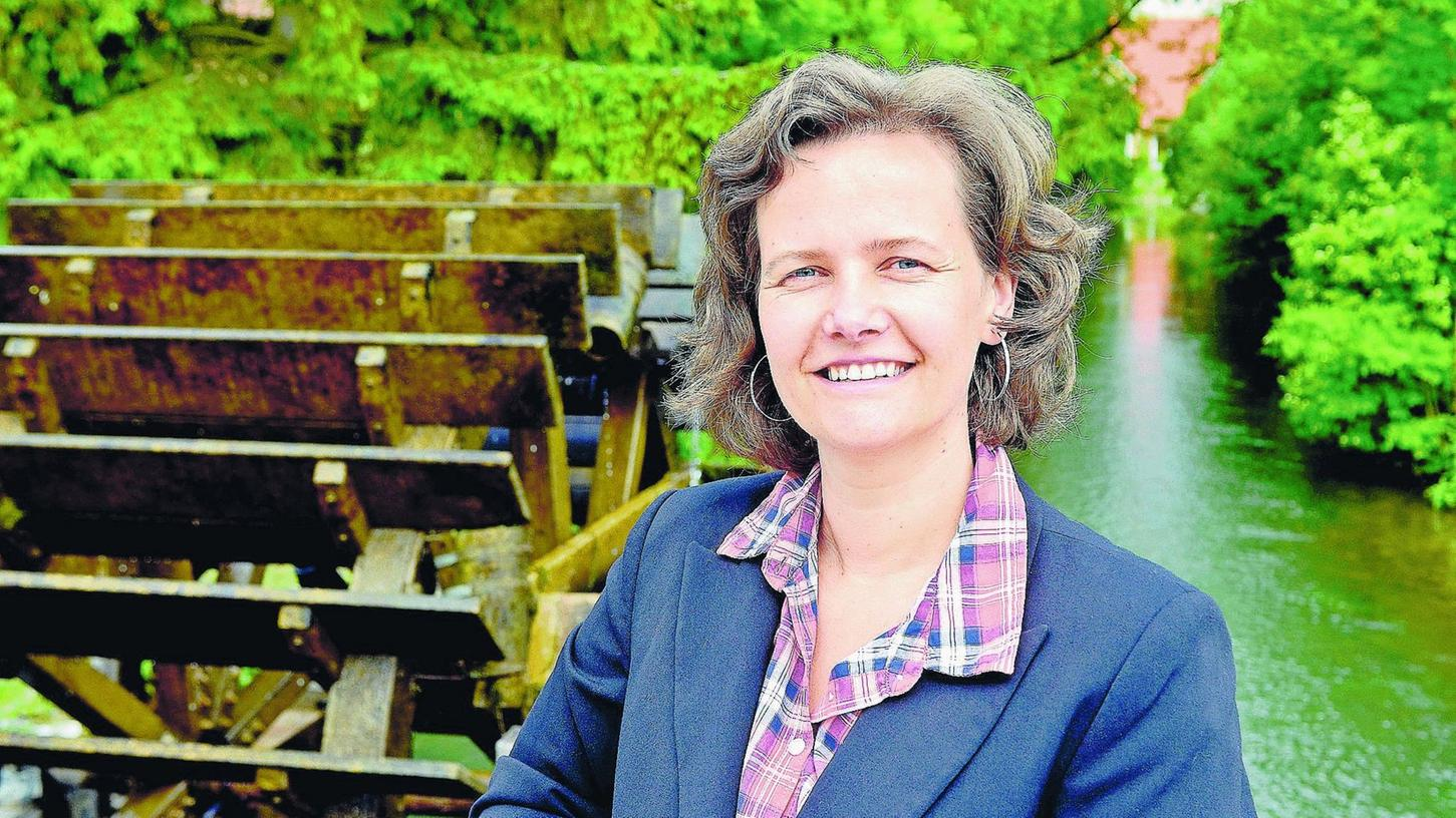 Sandra Schneider, hier vor dem Wasserrad in Ebermannstadt, die neue Leiterin der Tourismuszentrale Fränkische Schweiz.