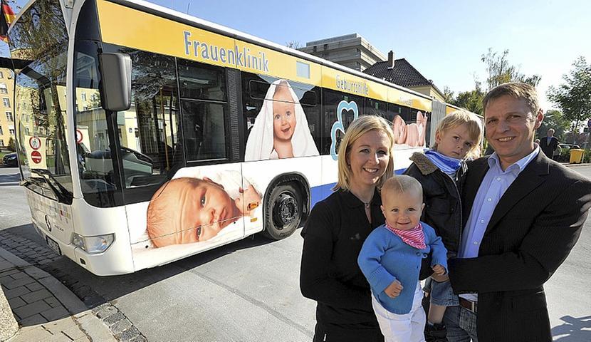 Baby-Bus fährt durch die Stadt