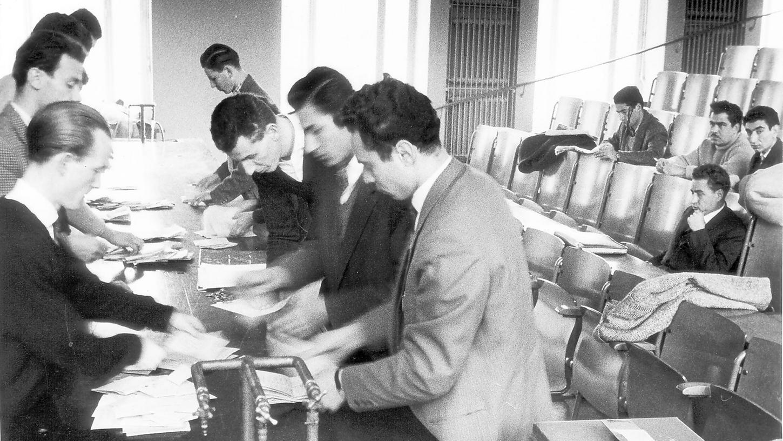 Wie sich die Zeiten ändern: Das Bild zeigt die Auszählung der Stimmen nach den studentischen Wahlen an der Uni im Jahr 1958. Damals gab es etwa 3500 Studenten in Erlangen. Knapp 1800 davon – also mehr als die Hälfte – gingen an die Urne. Diese Wahlbeteiligung wurde damals als extrem gering eingestuft.