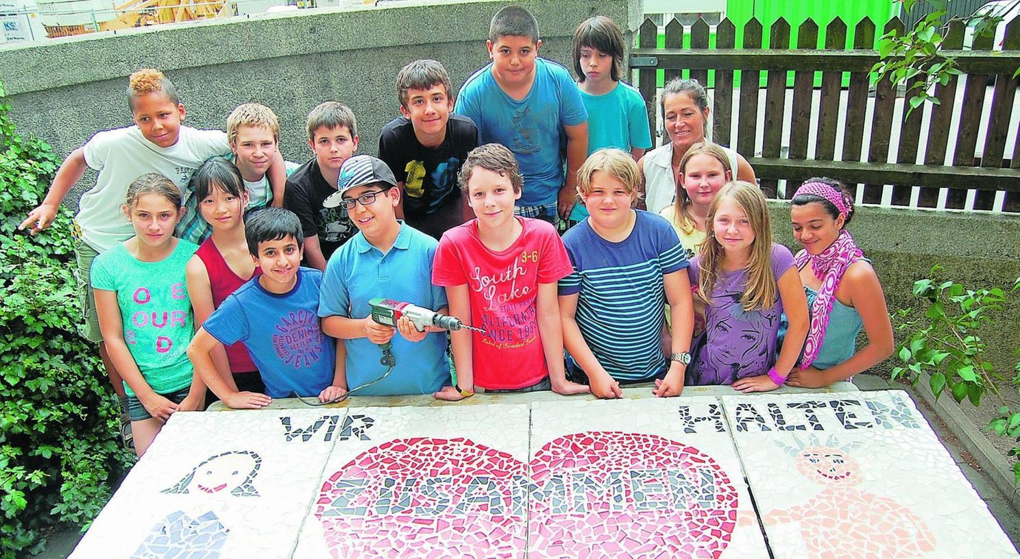 Peter-Vischer-Schüler haben mit Manuela Dilly (re. hinten) das neue Mosaik gestaltet.