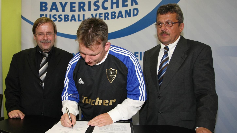 Für den FSV Bruck unterschrieb Abteilungsleiter Ralph Gläßer unter den Augen von BFV-Präsident Rainer Koch (links) und Bayernliga-Spielleiter Jofef Junker den