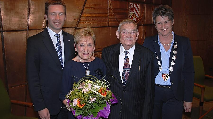 Oberasbach hat einen neuen Ehrenbürger: Helmut Mahr (2. von rechts) mit Ehefrau Emilie bekam die Auszeichnung von Bürgermeisterin Birgit Huber überreicht. Auch Landrat Matthias Dießl gratulierte.