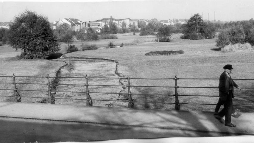 Blick vom Wöhrder Talübergang auf den Johann-Soergel-Weg. 1959 beschloss der Stadtrat den Wöhrder See zwischen Wöhrd und Erlenstegen für Erholungszwecke anzulegen. Eine Lieblingsidee der Nürnberger Einwohner schien damals endlich der Wirklichkeit bedeutend näher zu kommen.