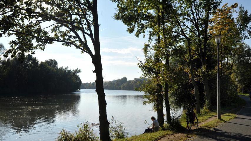 Der See ist im Grunde die aufgestaute Pegnitz, die durchfließt und mit Hilfe der beiden Wöhrder Wehre aufgestaut wird.