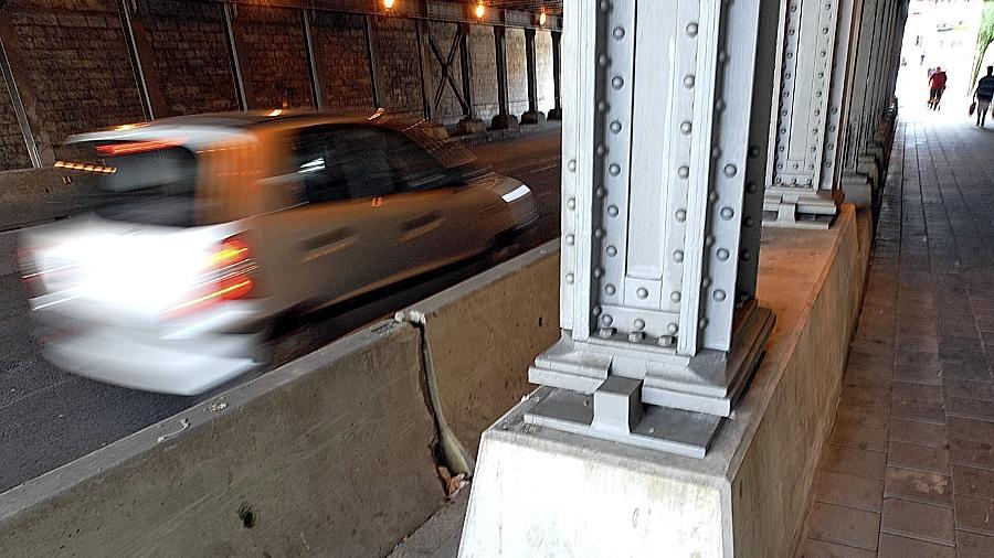 Einen dauerhaften Schutz für die Brückenpfeiler fordert das Eisenbahnbundesamt — zuvor kommen die Gleitschutzwände aus Beton nicht weg.