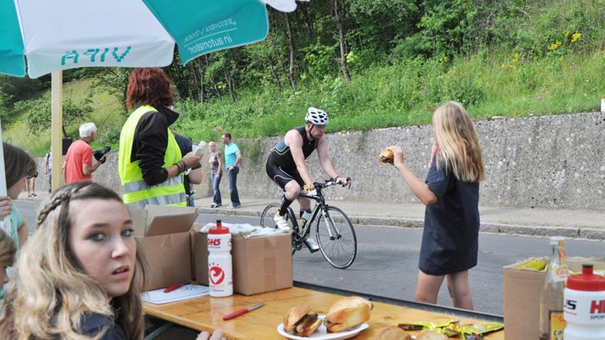 Streckenposten versorgen die Athleten mit nahrhaften Snacks.