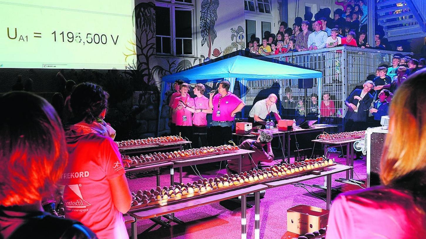 Alle blicken gespannt zur Anzeige: Die Tüftler des Marie-Therese-Gymnasiums haben es wirklich geschafft, mit auf Latten genagelten Kartoffeln eine Spannung von über 1000 Volt zu erzeugen.