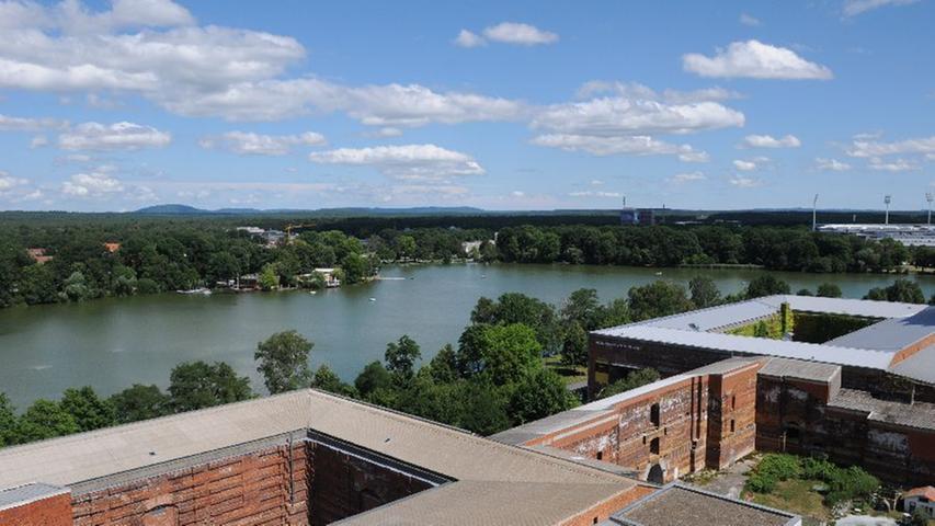 Die Führung gibt zunächst vom Dach der Kongresshalle einen Überblick über die Baubestandteile des Gebäudes.
