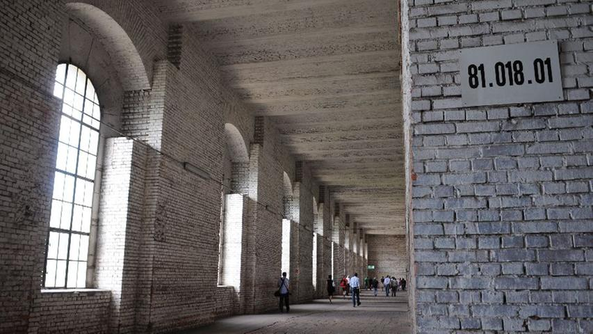 Beim anschließenden Gang durch das ehemalige Lager des Versandhauses Quelle im Rund des NS-Baus wird dessen Nutzung nach 1945 thematisiert.