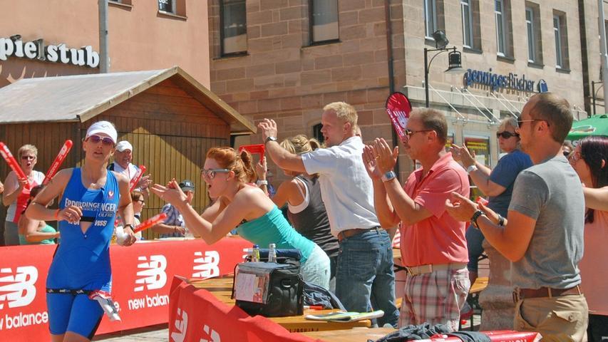 Vor der Zielankunft müssen die Athleten noch eine Stadtrunde durch Roth zurücklegen. Auch hier werden die Läufer - wie hier Julia Gajer - von den Fans lautstark unterstützt.