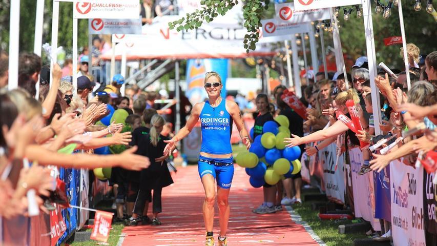 Auch Wenke Kujala hat es fast geschafft: Nach 9:25:19 Stunden geht die Deutsche vom Team Erdinger Alkoholfrei als respektable achte Frau ins Ziel.