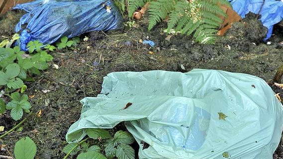 Muggendorf: Unbekannter entsorgt Müll auf Parkplatz