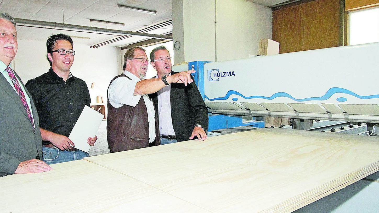 Firmenbesichtigung: Landrat Irlinger (l.) und Bürgermeister Fischkal (r.) schauten bei Georg (2.v.l.) und Heinrich Schuler vorbei.